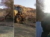 بعد مقطع التبرُّك بشجرة.. شاهد إزالة أحجار وأشجار تمارس فيها شركيات بالطائف