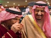 """شاهد.. هذا ما فعله """"محمد عبده"""" عندما استقبله """"الملك سلمان"""" بعد أوبريت """"أئمة وملوك"""""""