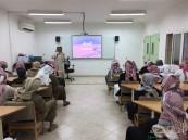 """بالصور .. المرشد """" القحطاني """" يحاضر طلاب ثانوية الحرمين عن مرض السرطان"""