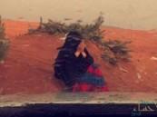 """صورة لمريضة سرطان تدعو في الأمطار تخطف قلوب رواد """"مواقع التواصل"""""""