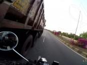 شاهد… سائق دراجة متهور كاد أن يسحق بين شاحنتين !!