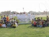 """طلاب ابتدائية """"الملك عبدالعزيز"""" يغرسون 400 شجرة بالتعاون مع بلدية العيون"""