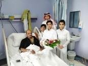 """طلاب ابتدائية """"حمزة بن عبدالمطلب"""" يطمئنون على صحة معلمهم"""