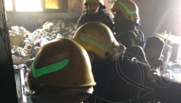 """بالصور… حريق منزل بـ""""الهفوف"""" و""""الدفاع المدني"""" يستنفر لإنقاذ 3 أسر بينهم نساء وأطفال"""