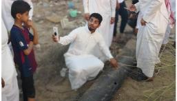 """شاهد.. شبان يلتقطون """"سيلفي"""" مع شظايا الصاروخ الحوثي الذي أُسقط بجازان أمس"""
