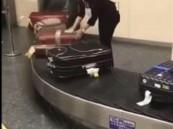 """شاهد..هكذا يتعاملون مع """"حقائب المسافرين"""" في مطارات اليابان !!"""