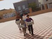 """بالصور.. طلاب مدرستي الأمير """"محمد بن فهد"""" و""""ابتدائية العيون"""" الأولى يوزعون المياه على المساجد"""