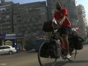 """بالفيديو .. مصري ينطلق إلى روسيا على دراجته لتشجيع """"الفراعنة"""" !!"""