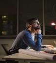 لماذا تجعلك الهواتف الذكية والعمل ليلا أكثر بؤسا؟