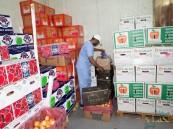 """شاهد بالصور.. إتلاف 2000 كلغ """" أغذية فاسدة"""" في """"سوق الخضار"""" بالأحساء"""