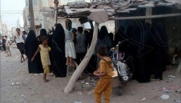 """في مشهد بطولي.. نساء """"حي الغليل"""" بالحديده يقفن ضد """"مدافع الحوثي"""" !!"""