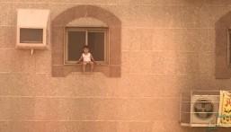 شاهد كيف تم إنقاذ هذا الطفل قبل سقوطه من نافذة مبنى !!