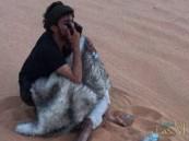 شاهد…لحظة عثور رجلا أمن على خمسيني تائه في صحراء الربع الخالي