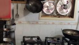 بالصور.. ضبط عمالة حولت شقة سكنية لمطعم بالجبيل !!