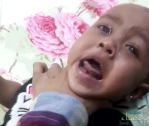 """بالفيديو… """"أم"""" تتجرد من إنسانيتها وتخنق طفلتها و""""حقوق الإنسان"""" تتدخل"""