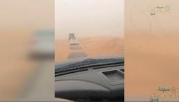 """بالفيديو .. تحذير لسالكي طريق """"خريص"""": هذا ما ستشاهدونه على الطريق !!"""
