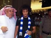 """شاهد… هكذا استقبلت جماهير الهلال """"عموري"""" لدى وصوله مطار الملك خالد !!"""