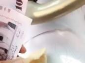 """التحقيق في مقطع إطعام ناقة """"حزمة نقود"""""""