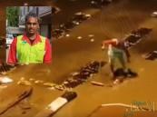 بالفيديو .. شاهد ماذا صنع عامل نظافة أثناء الأمطار في مكة المكرمة