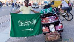 بالصور.. الرحالة العنزي يجوب 13 دولة حاملًا علم السعودية