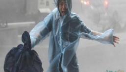 """شاهد … """"ملك العواصف"""" يضرب الصين ورياح تجرف البشر والحجر"""