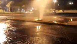 قبل قليل|| انفجار أنبوب للمياه مقابل بلدية العيون .. والمياه تغمر الطريق !!