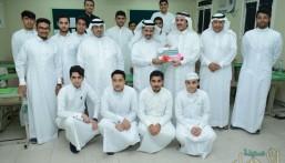 """بالصور.. """"الحسيني"""" يحتفي باليوم العالمي للمعلم وسط الطلاب بالأحساء"""