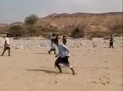 """شاهد.. حَكَم كرة قدم باليمن يستخدم """"رشاشًا"""" بدلاً من الصافرة !"""