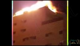 شاهد.. صاعقة رعدية تضرب عمارة سكنية بجدة.. وتشعل النيران بها