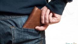 لهذه الأسباب.. احذر وضع محفظة النقود في الجيب الخلفي!!