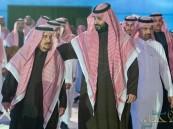 شاهد.. ولي العهد يخلع بشته فور رؤيته أمير الرياض ويقبل كتفه احتراماً له
