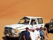"""بالصور.. سعودي يُنقذ أجانب ضلوا طريقهم في """"الربع الخالي"""" .. و""""أمريكية"""" تنقلب سيارتها 18 مرة !!"""