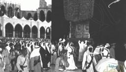 شاهد.. فيديو نادر للملك فيصل وهو ينزل من الكعبة المشرفة بعد غسلها