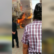 """شاهد بالفيديو: حريق بـ""""سوق القيصرية"""" .. و """"7"""" سيارات للدفاع المدني تحاول إخماده !!"""