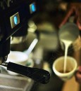 """الحليب مع الشاي والقهوة.. يقي من """"سرطان المريء"""""""