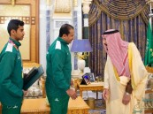 """بالصور .. الملك سلمان يمنح وسام الملك عبدالعزيز للاعبي """"الأخضر"""" الحاصلين على ميداليات أولمبية في الأرجنتين"""