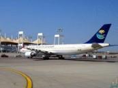 """بالفيديو: مواطنة تنسى رضيعها في المطار .. وهكذا تصرّف قائد رحلة """"السعودية"""" !!"""