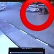 في مقطع يحبس الأنفاس .. سيارة تدهس سيدة بشارع النزهة في الأحساء !!