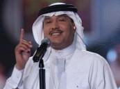 """""""محمد عبده"""" قال """"أبى اشوف الحسا"""" قبل 30 عامًا وها هي تتغنى طربًا بحضوره في حفل أسطوري"""