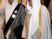 """أمير الكويت يُقلّد """"البغلي"""" وشاح الكويت للبصمة الإنسانية"""