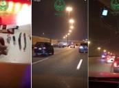 """شاهد .. """"مطاردة هولويدية"""" للمرور السريّ في الرياض يستوقف 3 مركبات وهذا ما وجده بداخلها!!"""