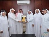 """""""مركز النشاط """" بالهفوف يُكرم المعلم الفائز بجائزة حمدان بن راشد للتميز التعليمي"""