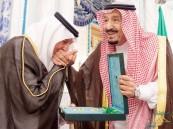 بالصور.. الملك يمنح الأميرين الفيصل وعبد المحسن وشاح الملك عبد العزيز