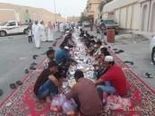 """للعام الثاني … مواطنون يقيمون """"مائدة إفطار"""" جماعي في """"العيون"""" بطول 150 متر"""