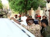 دون أصفاد وبالعمامة.. شاهد الصور الأولى للرئيس السوداني المعزول!