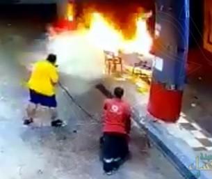 """شاهد .. سيارة تُشعل """"مضخة وقود"""" وتصرف شجاع من شاب يمنع كارثة مُحققة"""