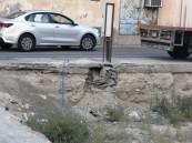 في الأحساء: حفرها ثم توارى عن الأنظار!! .. سكان هذا الحي يُناشدون حل لتلك الأزمة!!