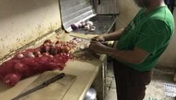 بالصور… من هنا تُعد وجبات أحد المطاعم بالأحساء وسط مخالفات صحية واضحة !!