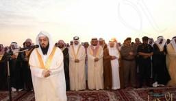 """بالصور .. """"محافظ الأحساء"""" يؤدي صلاة عيد الأضحى المبارك مع جموع المصلين ، ويستقبل المهنئين"""