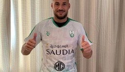 الدولي الجزائري يوسف بلايلي يوقع عقده الرسمي مع الأهلي